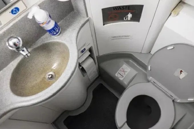 Plane stop after a Russian refuses to leave the toilet