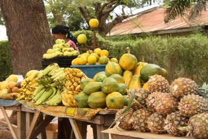 Une vendeuse de fruits à Bouaké / A fruit vendor in Bouaké