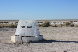 """Cette borne signale que l'on est en bordure du désert de sel d'Etosha / Here starts the salt flats known as """"Etosha Pan"""""""