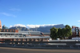 Table Mountain et son inséparable nuage / Table Mountain and its famous cloud