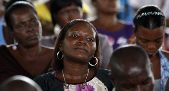 Miembros de una comunidad negra que ha obtenido la devolución de unas tierras en el departamento del Chocó. / Mauricio Dueñas (EFE)