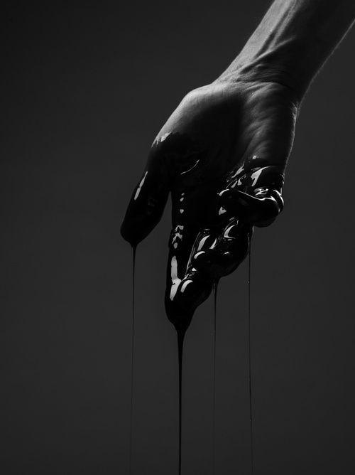 mano pintada de negro
