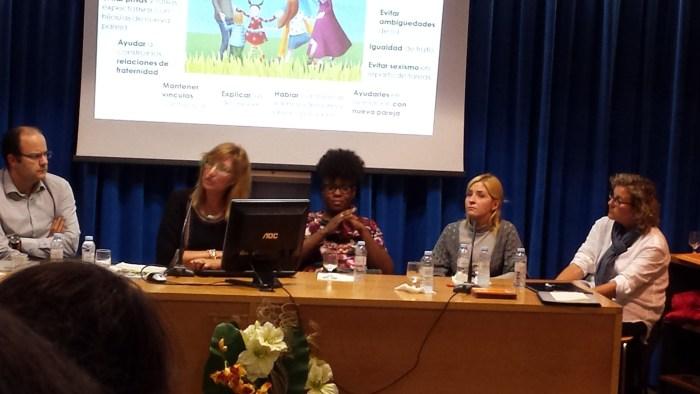 Antoinette Torres Soler ofreciendo una charla sobre parejas mixtas en la Universidad de Zaragoza