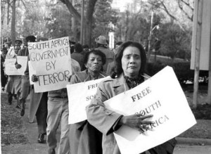 Coretta Scot King among various protesters picketing against apartheid regime