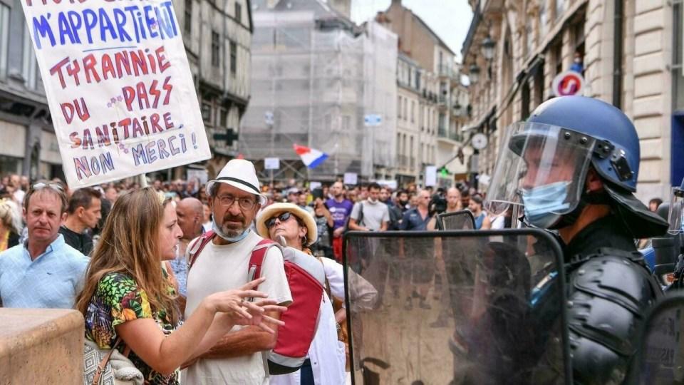 Des Français manifestent contre le passe sanitaire