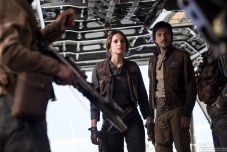 Rogue One: A Star Wars Story L to R: Jyn Erso (Felicity Jones) and Cassian Andor (Diego Luna) Ph: Jonathan Olley ©Lucasfilm LFL 2016.