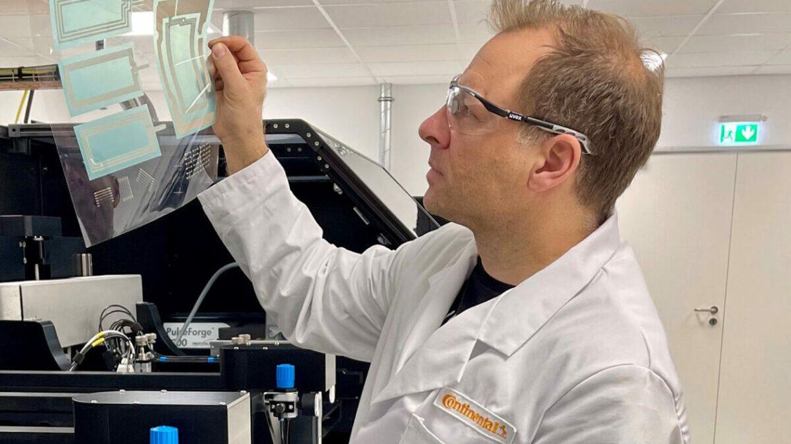 Überprüft die Druckqualität: Continental-Laborleiter Jürg Schleuniger.