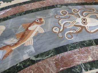 Мраморный пол храма