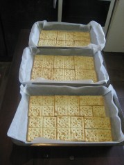 Line pans with baking paper and crackers.