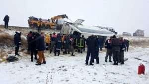 Kırşehir'in Kaman ilçesi yakınlarında yolcu otobüsünün devrilmesi sonucu ilk belirlemelere göre 5 kişi öldü, 20'den fazla kişi yaralandı. (Serkan Güner - Anadolu Ajansı)