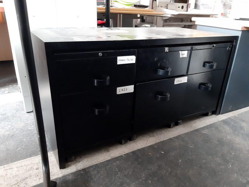 1 meuble de caisson noir en metal avec