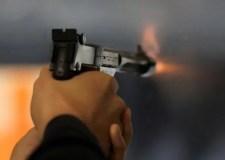 رجل أمن يطلق الرصاص ويُصيب مجرما حاول إضرام النار في منزل أسرته