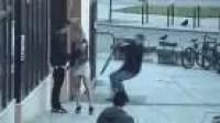 رجل يهاجم سائحا بصحبة حبيبته