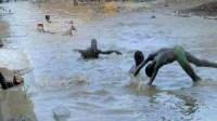 أطفال القليعة بإنزكان يحولون مجاري المياه التي شكلتها الأمطار إلى مسابح عمومية
