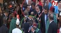 الملك يأمر حارسه بالتقاط صور للجالية المغربية التي رحبت به في غينيا