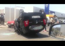 بالفيديو و الصور: حادثة سير مثيرة بأكادير ينجو منها الركاب من موت محقق بعد إنقلاب غريب للسيارة وسط الطريق