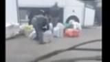 سائق حافله ومساعده يسرقون أغراض المهاجرين بإحدى وكالات السفر بمدينة بروكسيل!!