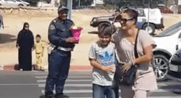 +فيديو: تلميذ بطل رفقة أمه، يقدم باقة ورد لشرطية بأكادير