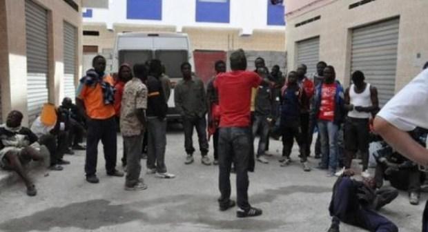 أكادير:مهاجرون أفارقة يتبولون بشكل جماعي على جدران مدرسة بأكادير ويحولون حياة ساكنة العمارات المجاورة إلى جحيم