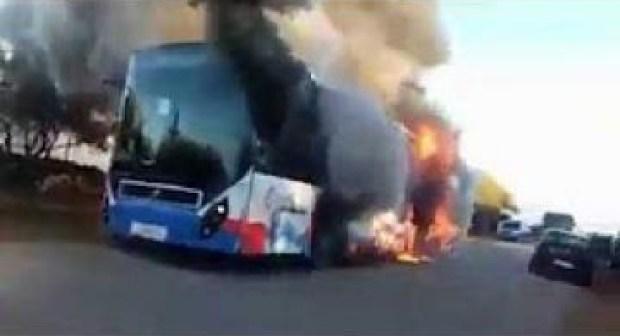 هكذا أتت النيران على حافلة لنقل الركاب.