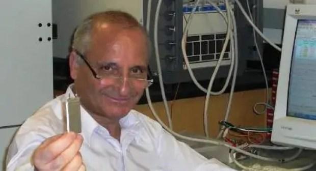 مغربي يخترع شريحة لشحن الهواتف الجوالة في 10 دقائق