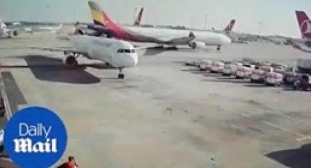 (فيديو)مشهد غريب لحادث تصادم طائرتين في تركيا