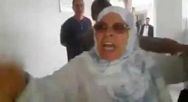 """بالفيديو.. مواطنة تصرخ في وجه باشا وتنعته ب """"الشفار"""" بعد أن قام بطردها"""