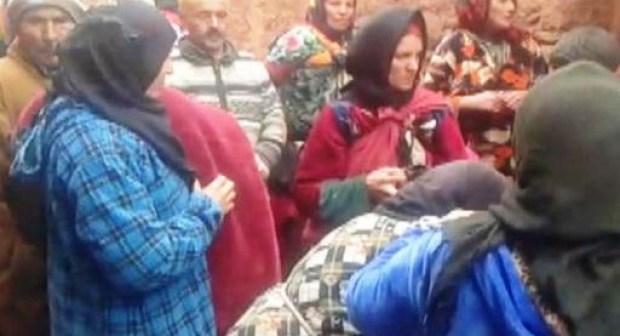 امرأة حامل تضع مولودها وهي محملة فوق (نعش)،