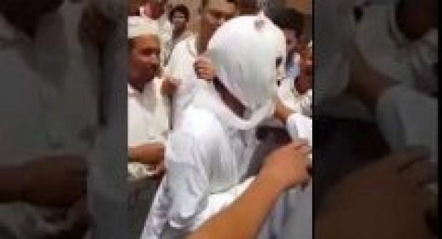 بالفيديو:هكذا فضح مصلون حيلة متسوّل يغطي وجهه وذراعه بالضمادات بهوارة