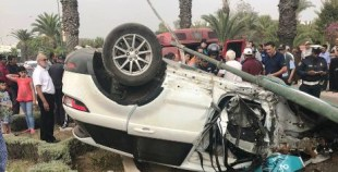 """أكادير24 تنفرذ بنشر فيديو مؤثر لحادثة السير الخطيرة بأكادير و التي تسبب فيها مول """"كاط كاط""""، و نجم عنها تخريب ممتلكات عمومية (مرفق بالصور)."""