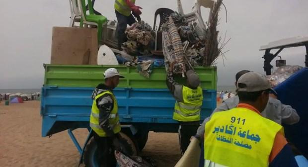 عااجل بالصور:سلطات أكادير تشن حملة واسعة النطاق ضد محتلي الرمال بشاطئ المدينة