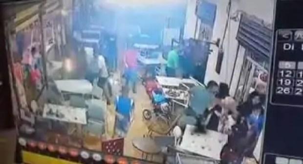 عصابة إجرامية خطيرة مدججة بالسيوف تهاجم مطعما..