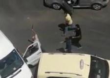 سائق طاكسي يشرمل مالك سيارة بعد قطع الطريق