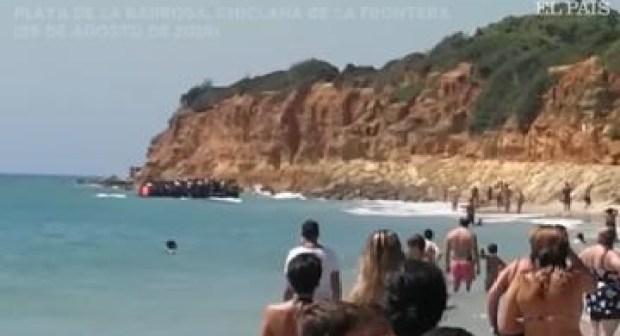 """غريب: شاهد كيف وصل """"الحراكة"""" المغاربة إلى شاطئ بإسبانيا وسط ذهول المصطافين"""