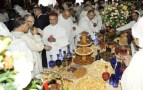 """فضيحة بالصور والفيديو:تهافت """"البرلمانيين"""" على """"حلويات سيدنا"""" وجمعها في أكياس تغضب مغاربة الفيسبوك"""