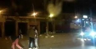 هكذا أوقف رجال الشرطة مجرما خطيرا يحمل سيفا في الشارع العام.
