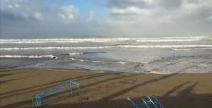 (+فيديو)أكاديريون وسط ميني تسونامي..شاهد هيجان البحر وتلاطم الأمواج في كورنيش أكادير
