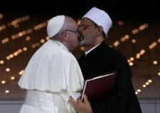 قبلة مثيرة بين البابا وشيخ الأزهر تشعل مواقع التواصل بالعالم العربي