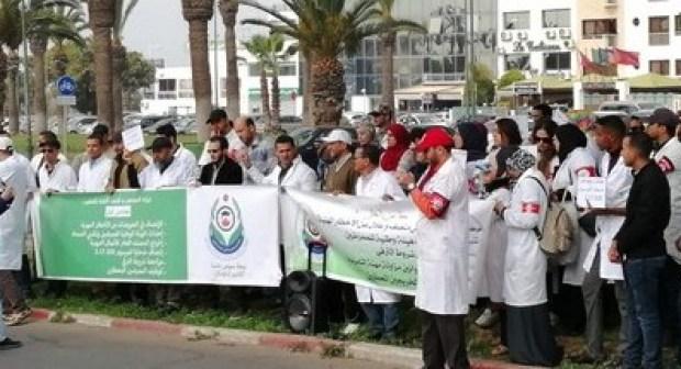 الممرضون وتقنيو الصحة يحتشدون في وقفة احتجاجية عارمة أمام ولاية أكادير.