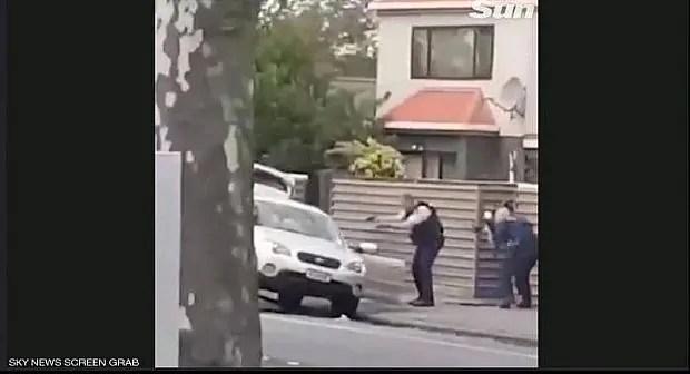 بالفيديو: لحظة القبض على جزار نيوزيلاندا الذي قتل 49 مصلي