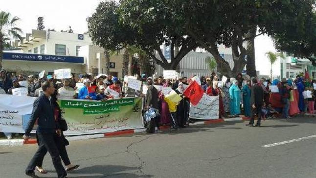 ضحايا الهدم بسفوح الجبال بمدينة أكادير،يطالبون في وقفة احتجاجية أمام مقر ولاية الجهة بتسوية ملفاتهم العقارية