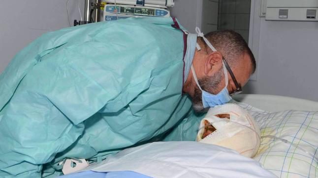 الملك يزور أحد المصابين في فاجعة احتراق حافلة بمدخل أكادير