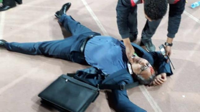 بالفيديو.. حجرة طائشة في اتجاه فاخر تُصيب المدير الإداري للحسنية ويغمى عليه