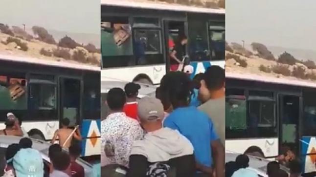 """مواجهات عنيفة وتخريب حافلة للنقل العمومي بين """"مصطافين"""" شمال أكادير (فيديو)"""