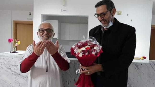 """الفنان الأمازيغي الحسين برداوز يغادر المستشفى بابتسامة بعد شفائه من """"الوعكة الصحية"""""""