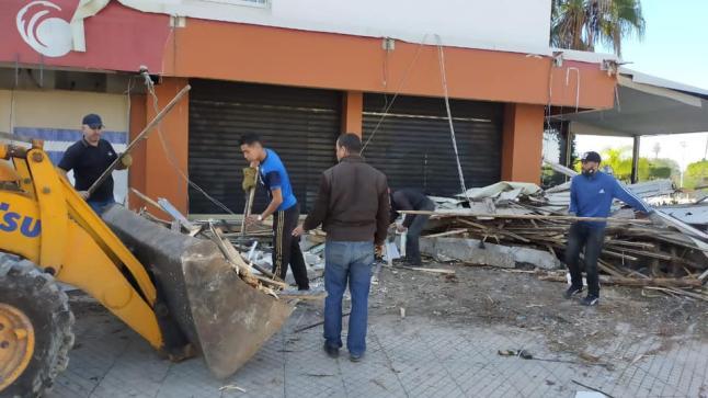 """سلطات أكادير تشن حربا ضد احتلال الملك العمومي وتزيل بناية من """"القصدير"""" وسط المدينة (صور)"""