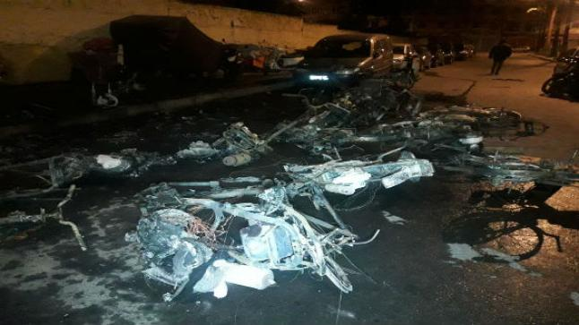 شخص هائج يحرق دراجة ويكسر عددا من السيارات ضواحي أكادير
