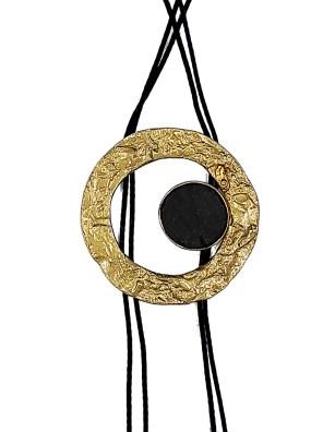 Χειροποίητο κολιέ από ορείχαλκο. Κολιέ σε σχήμα κύκλου που είναι δεμένο με εντυπωσιακή μαύρη επεξεργασμένη πέτρα και υψηλής ποιότητας κορδόνι. Μέγεθος κολιέ 50cm μήκος. Ολα μας τα κοσμήματα μένουν αναλλοίωτα αφού έχουν εμβαπτιστεί σε ειδικά βερνίκια. Δημιουργίες με μοναδική αισθητική, που πάντα γοητεύουν και εντυπωσιάζουν, κάνοντας σας να αισθάνεστε stylish όλες τις ώρες της ημέρας.