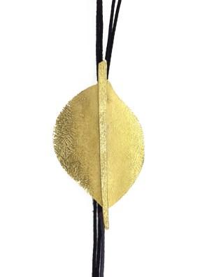 Χειροποίητο κολιέ από ορείχαλκο. Εμπνευσμένο από την φύση κολιέ φύλλο δεμένο σε υψηλής ποιότητας μαύρο κορδόνι. Μήκος κολιέ 50cm.Όλα μας τα κοσμήματα μένουν αναλλοίωτα αφού έχουν εμβαπτιστεί σε ειδικά βερνίκια. Δημιουργίες με μοναδική αισθητική, που πάντα γοητεύουν και εντυπωσιάζουν, κάνοντας σας να αισθάνεστε stylish όλες τις ώρες της ημέρας.