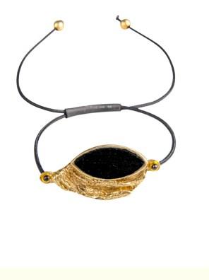 Χειροποίητο βραχιόλι από ορείχαλκο. Καθημερινό και ελαφρύ πανέμορφο βραχιόλι δεμένο με μαύρη επεξεργασμένη πέτρα. Το κορδόνι ρυθμίζεται σε όλα τα μεγέθη. Όλα τα κοσμήματα Agapi concept μένουν αναλλοίωτα αφού έχουν εμβαπτιστεί σε ειδικά βερνίκια. Αναδείξτε το στυλ σας με τα πιο fashionable κοσμήματα.